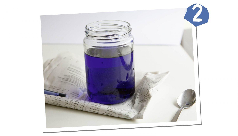 Färbe das Wasser mit Tinte ein